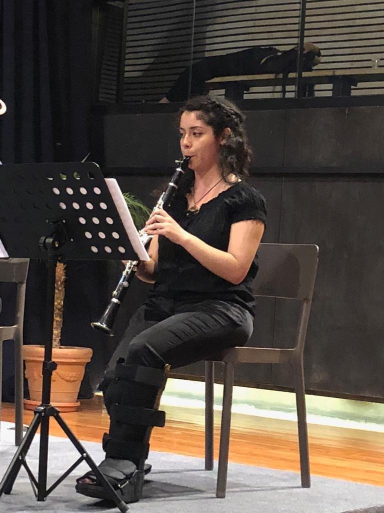 Daniela Sepúlveda ensayando en Clarinete