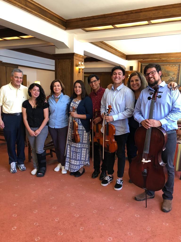 Algunos becados junto a dos directores de la Corporación Fernando Martinez y Ellen Guidera